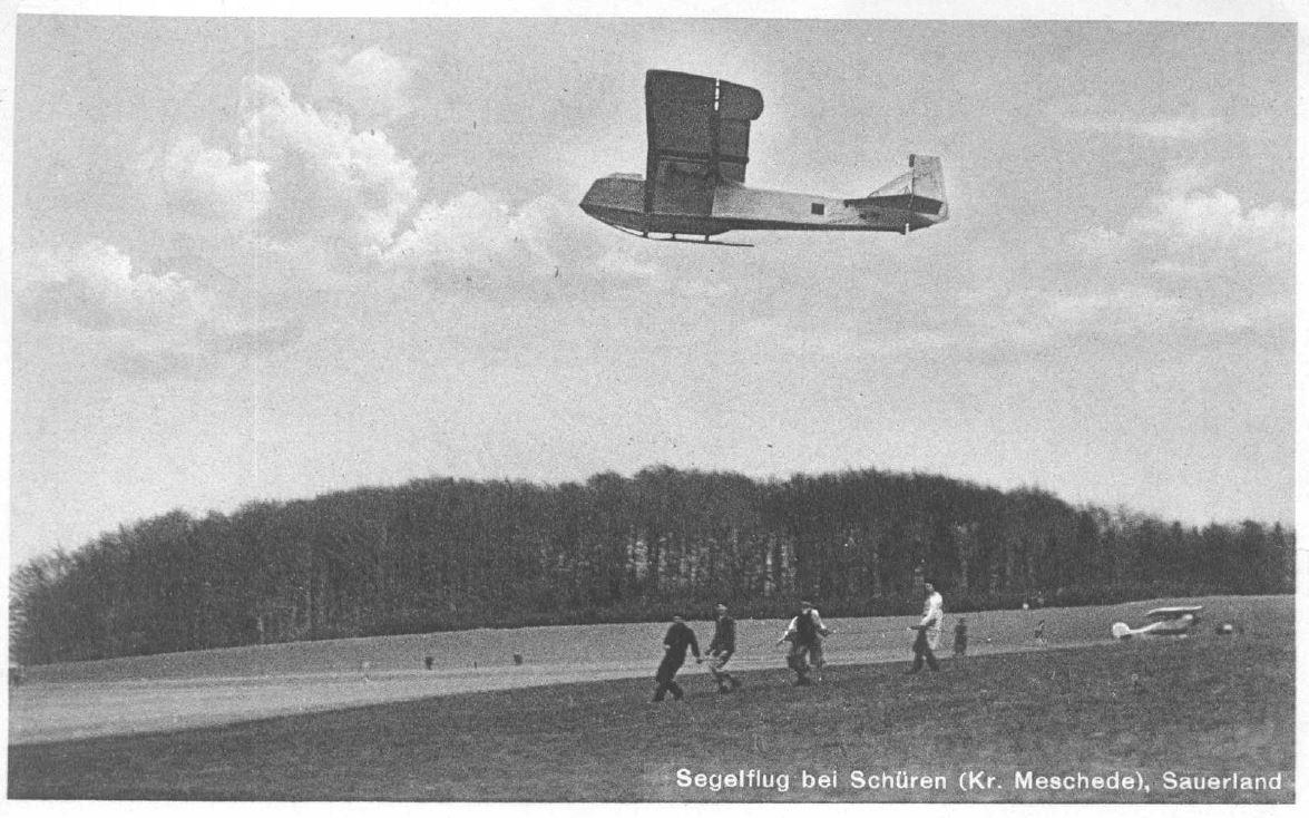 1936 - Motorflugzeug im Hintergrund
