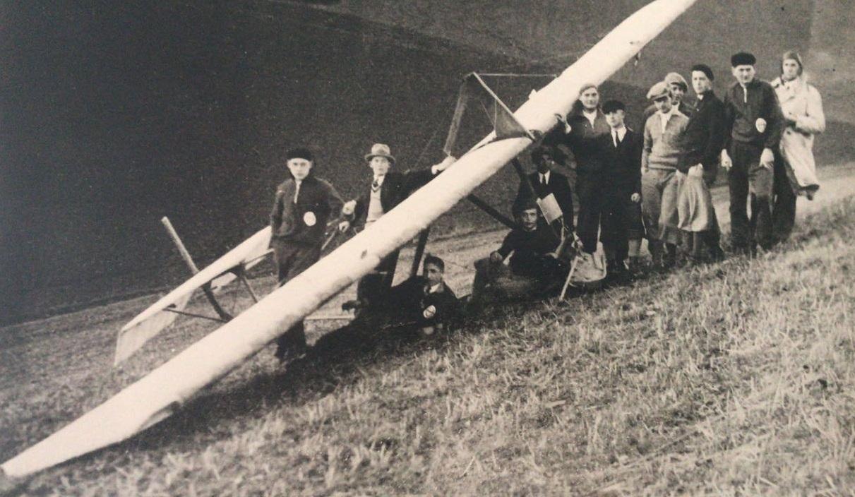 Gruppenbild mit Flugzeug