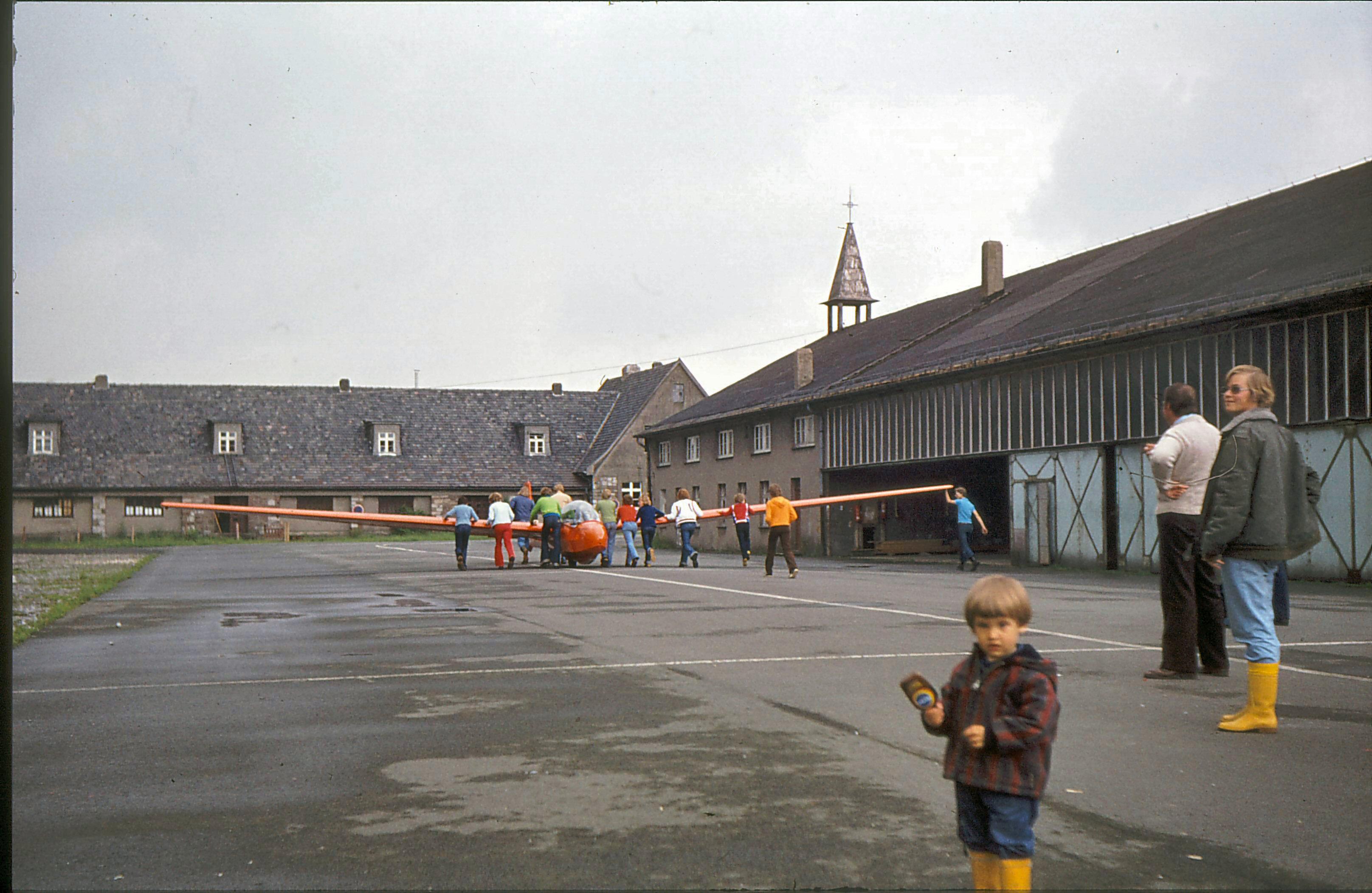 Alte Halle mit Kapelle und Kirchturm