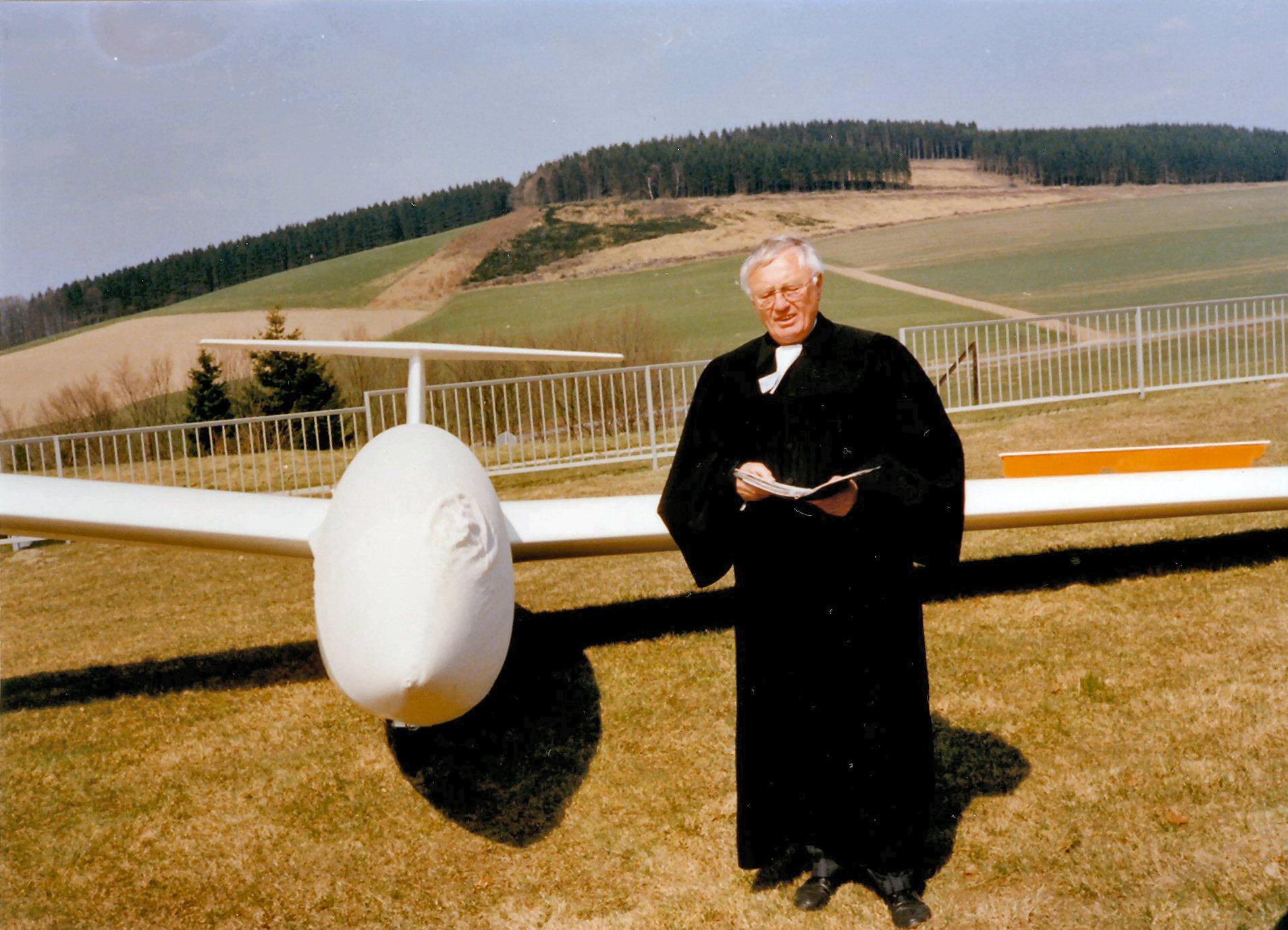 Flugzeugtaufe durch Pastor Gerpheide