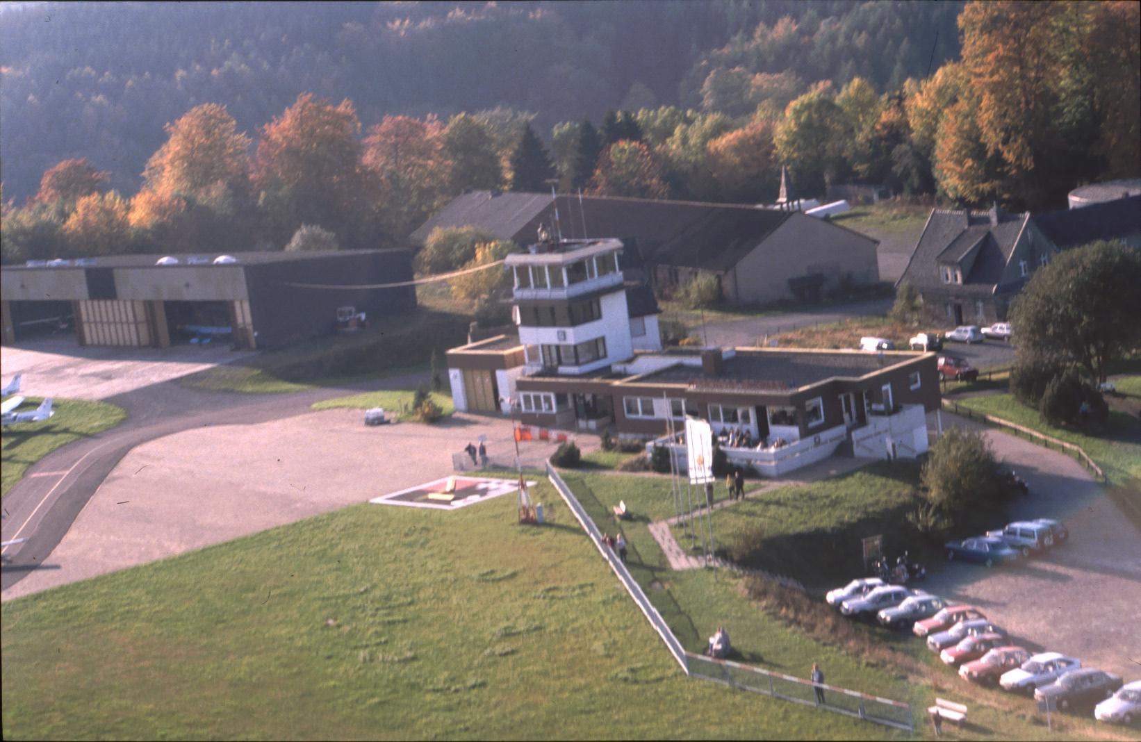 Luftaufnahme mit alter Halle